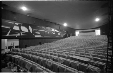 21302-4-41 Interieur nieuwe bioscoop Calypso (Mauritszaal van het voormalige AMVJ-gebouw) aan de Mauritsweg naar ...