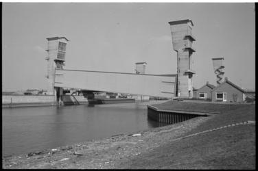 21322-7-6 De Stormvloedkering Hollandse IJssel, of Algerakering, bij Krimpen aan den IJssel is door een technische ...