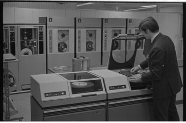 21324-1-3 Computerruimte van het Gemeentelijk Rekencentrum aan de Heer Bokelweg 25..