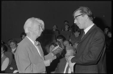 21337-4-10 Criticus Cor Blok (rechts) kreeg de Pierre Bayleprijs, een onderscheiding ingesteld door de Rotterdamse ...