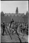 21346-3-36 Ringsteken op het Haagseveer achter het stadhuis in verband met festiviteiten Koninginnedag.