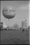 21346-5-4 Luchtballon van Hamburger Wolfgang Hanedsen met opschrift Jacobs Kaffee stijgt in het kader van Koninginnedag ...