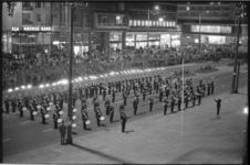 21347-3-24 Marinierskapel treedt op voor het stadhuis in het kader van Koninginnedag.