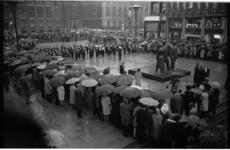 21349-7-2 Dodenherdenking met kranslegging op het Stadhuisplein door burgemeester Thomassen bij oorlogsmonument voor ...