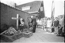 21350-7-36 Dodenherdenking met kranslegging bij oorlogsmonument Welleplein in Vreewijk in aanwezigheid van schoolkinderen.