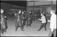 21351-7-28 Politie oefent op het Parmentierplein (Waalhaven-Zuid) in relbestrijding met figuranten.