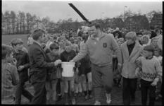 21356-1-23 Piet van der Kruk, gewichtsheffer en kogelstoter, is geland met de helikopter op terrein van Fortuna ...