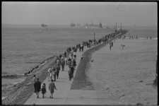 21365-2-29 Drukte op de pier van Hoek van Holland in verband met Hemelvaartsdag.