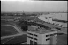 21365-5-16 Gezicht op Oude Plantage en DWL-terrein vanaf flat aan de Maasboulevard. Op de voorgrond het in 1968 geopend ...
