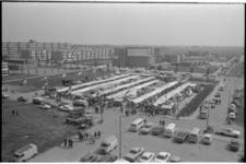 21377-3-4 Tijdelijke weekmark op de Jan Kwakplaats (Het Lage Land). Op de achtergrond de Berlagestraat, de Immanuelkerk ...
