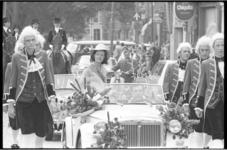 21381-7-8 Miss Noorderboulevard, Jeanne van Dam, maakt in een open auto een rondrit door Rotterdam Noord.