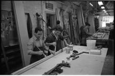 21398-2-2 Spaanse gastarbeiders aan het werk bij aannemersbedrijf Voormolen.