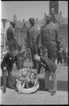 21410-3-32 Kransleggeng door Amerikaanse en Canadese oud-oorlogsvliegers bij Monument voor Gevallenen op het Stadhuisplein.