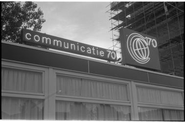 21422-6-38 Gebouwtje met lichtreclame voor Communicatie 70 (C'70) bij het Kruisplein.