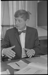21430-3-32 Planoloog dr.ir. Wilhelm L. Niehüsener schetst modelmetropool Europoort Stad.