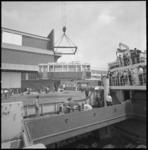 21449-2-12 Een Russische tram aan boord van het vrachtschip Kolomna wordt gelost bij Pakhuismeesteren.