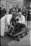 21456-1-21 Ir. J.A.C. Tillema, vertrekkend hoofddirecteur van de Dienst van Gemeentewerken, krijgt ter gelegenheid van ...