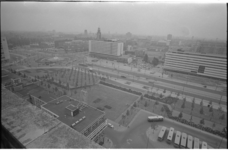 21456-6-24 Stadsgezicht op het Weena, met het versgeplante Weenabos, het Hofplein, (midden) het Hiltonhotel; ...