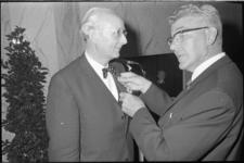 21458-6-32 Ir. J.A.C. Tillema, scheidend hoofddirecteur Dienst van Gemeentewerken, die is benoemd tot ridder in de ...