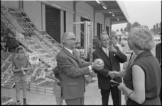 21464-2-14 Wethouder Jan Worst met kooltje en rechts de directeur van de Dienst Marktwezen, P. Rijkee, bij de opening ...