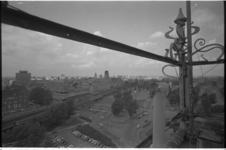 21466-5-19 Rotterdam-Centrum vanaf het Witte Huis met op de voorgrond het gebied rond de Blaak, spoorbaan.