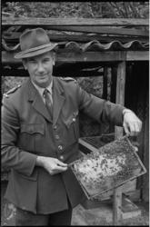 21484-3-17 Boswachter in het Kralingse Bos, C. 't Mannetje', met een honingraat.