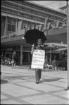21489-3-14 Sandwichman voert op de Korte Lijnbaan actie tegen milieuvervuiling en ter promotie van een naderende ...