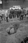 21506-3-33 In de omgeving van de Waaldijk wordt een vliegtuigbom uitgegraven. Bij nader inzien bleek het een bolder te zijn