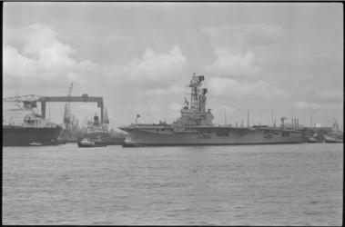 21509-1-24 Vertrek van het vliegdekschip Karel Doorman van de scheepswerf Wilton-Fijenoord (Schiedam) naar Argentinië.