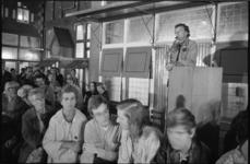 21525-4-13 De schrijver Harry Mulisch spreekt bij de Nederlandse Economische Hogeschool.