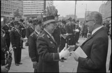 21571-2-37 Burgemeester W. Thomassen, die bekende dat de Hollanders weinig over de Limburgers weten, maakt door middel ...