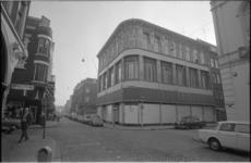 21590-6-27 Pand van het kledingbedrijf Kreymborg op de hoek Oude Binnenweg / Mauritsstraat.