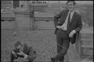 21617-7-43 Nieuwsblad-fotograaf Alex de Herder maakt met een Leica M-4 een foto van Ary Groeneveld op het dak van pand ...
