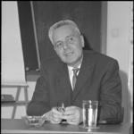 21618-3-3 Portret van prof. dr. Jan Tinbergen, hoogleraar economie aan de Nederlandse Economische Hogeschool en ...