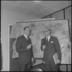 21619-4-9 Minister ir. W.F. Schut van Ruimtelijke Ordening en Volkshuisvesting (rechts) en W.A. Fibbe, voorzitter van ...