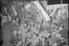 21626-7-23 Overnachten voor de sigarenzaak W. van Beek aan de Nieuwe Binnenweg 381 om kaartjes voor de voetbalwedstrijd ...