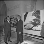 21669-4-5 Burgemeester Wim Thomassen opent in de hal van het stadhuis een fototentoonstelling over Israël.