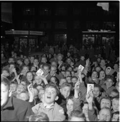 217-1 Juichende fans met een foto van Abe Lenstra.in hun handen.