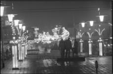 21717-2-15 Kerstverlichting op het Stadhuisplein. In het midden het Monument voor alle gevallenen 1940-1945 van Mari ...