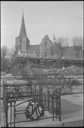 21793-3-5 Hillegondakerk met op de voorgrond het kerkhof en de ruïne van het kasteel.