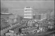 21794-1-31 De mammoetschool Technikon en de sporttoren Akragon aan de Benthemstraat en de Heer Bokelweg. Op de ...