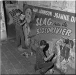 218-2 Reclameschilders beschilderen een reclamebord voor de western Slag aan de bloedrivier.