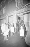 21807-1-35 Dolle mina's nemen mannen de maat voor dancing El Amra in de Hartmansstraat.