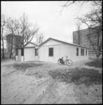 21820-3-4 Exterieur van het (nood)wijkcentrum in Ommoord en herbergt de sociëteit De Keten en het centrum Open Huis .
