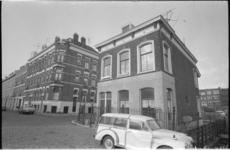21829-4-15 Plaats waar de Fabrieksstraat op de Zwaanshalskade uitkomt met op de achtergrond de huizen aan de Linker ...