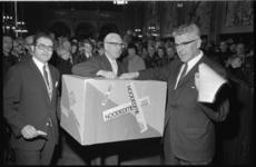 21830-3-31 In de Burgerzaal van het Stadhuis ontvangen B. en W. demonstranten tegen het plan IJsseldam en worden de ...