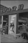 21866-4-8 Opening uitbreiding Lijnbaan met 5 nieuwe winkels. Met een sprong door een stuk papier opende J.B.W.A. ...