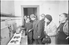 21881-4-31 Leden van de gemeenteraad op bezoek in logementen van gastarbeiders. Tweede van rechts H. de Vos-Krul; ...