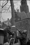 21896-6-34 Kabouters met oranjekleurige puntmutsen bevestigen het certificaat Beschermde boom aan een plataan op de ...
