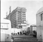 219-2 Schouwburgplein met kermiswagens en wasgoed aan de lijn.